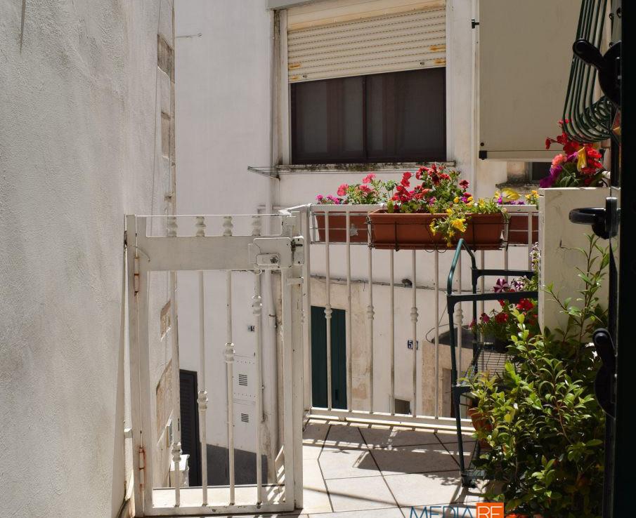 terrazzino-compravendita-locazione-aste-giudiziarie-appartamenti-case-ville-trulli-casali-masserie-magazzini-depositi-terreni-beni-immobili-mediareimmobiliare