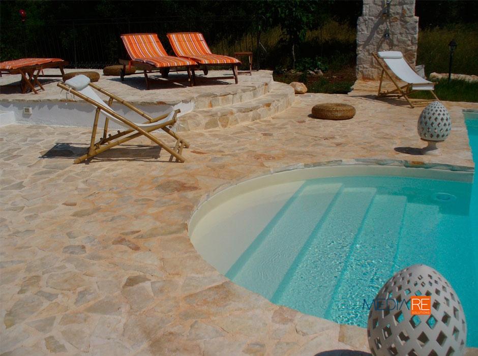 piscina-compravendita-locazione-aste-giudiziarie-appartamenti-case-ville-trulli-casali-masserie-magazzini-depositi-terreni-beni-immobili-mediareimmobiliare