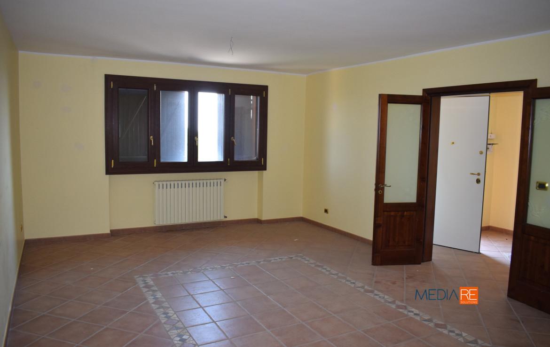 soggiorno-compravendita-locazione-aste-giudiziarie-appartamenti-case-ville-trulli-casali-masserie-magazzini-depositi-terreni-beni-immobili-mediareimmobiliare